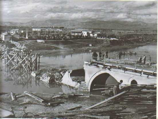 Εικόνα 14 Η βομβαρδισμένη γέφυρα του Πηνειού, φωτογραφία Τάκη Τλούπα, Πηγή: http://anemourion.blogspot.gr/2015/02/blog-post_728.html