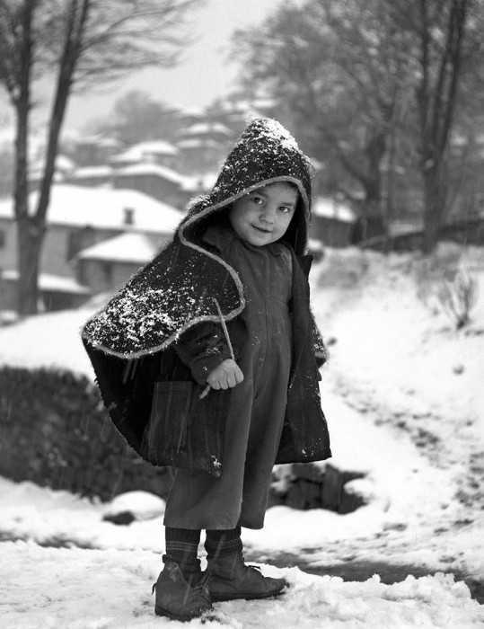 Παιδί με κάπα στο Μέτσοβο, 1950. Πηγή: www.lifo.gr