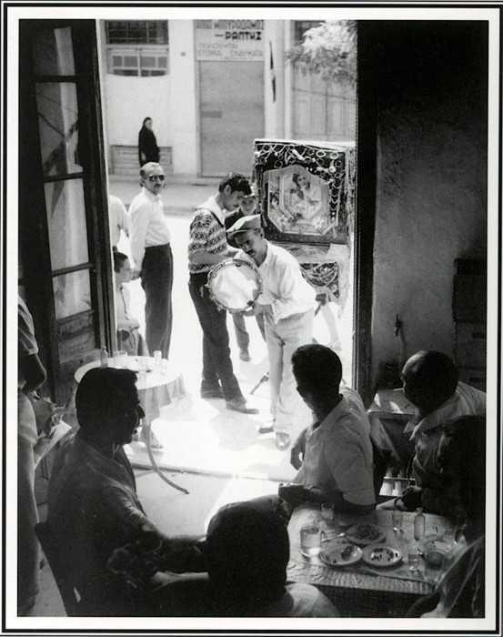 Ο Γιάννης με την λατέρνα του, το 1965.